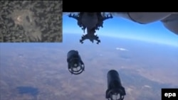 Русия очкычлары Сүриянең Идлиб шәһәрен утка тотты (Русия саклану министрлыгы видеосыннан, 2015 елның 5 октябре)