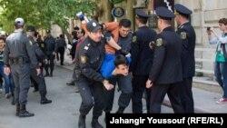 Азербайджанские полицейские задерживают молодых гражданских активистов, которые вышли на акцию протеста. Баку, 6 мая 2014 года.
