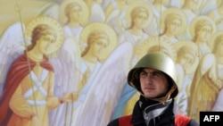 Майдановец на фоне фресок Храма Архангела Михаила в Киеве