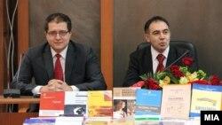Министерот за образование Панче Кралев и ректорот на универзитетот Св. Кирил и Методиј, Велимир Стојковски.
