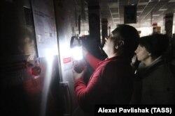 Местные жители в одном из торговых центров. Одна из причин отказа от поездок в Крым – отключение электроэнергии