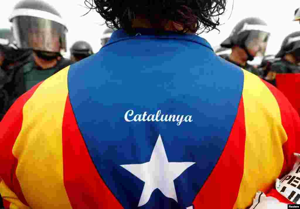 По сообщениям, полиция разгоняла участников референдума дубинками и стреляла по ним резиновыми пулями. Крупнейшие столкновения произошли в Барселоне, главном городе Каталонии
