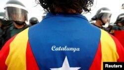 Pristalica katalonske nezavisnosti i španska policija, 1. oktobar 2017.