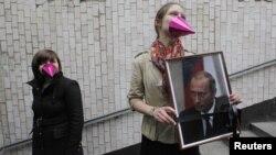 Актывістка з партрэтам Пуціна на акцыі ў Маскве