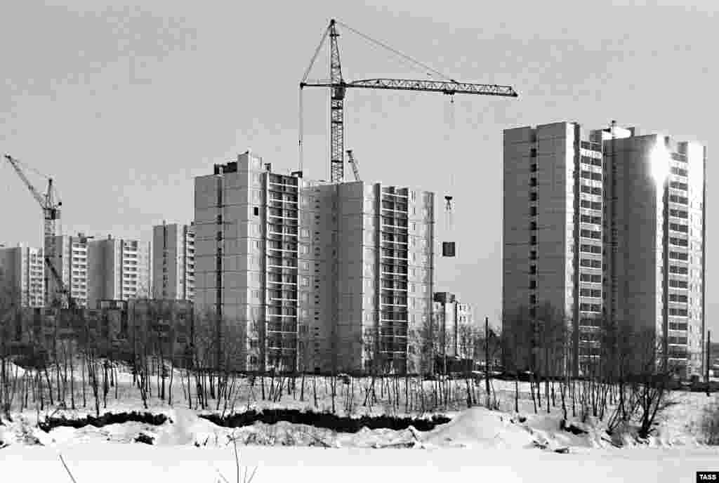 New Moscow apartment buildings can be seen under construction in early 1982.