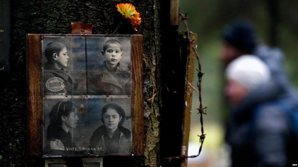 Фотографии жертв Большого террора на месте их тайного захоронения на расстрельном полигоне НКВД – Левашовская пустошь