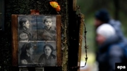 Фотографії жертв Великого терору на місці їхнього таємного поховання на розстрільному полігоні НКВС – Левашовській пустці