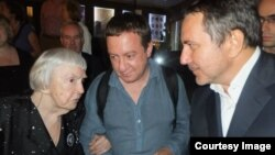 "Lüdmila Alekseyeva, Ayder Mujdabayev ve Lenur İslâmov Moskovada ""Haytarma"" filminiñ numayışında, 2013 senesi, iyüb"