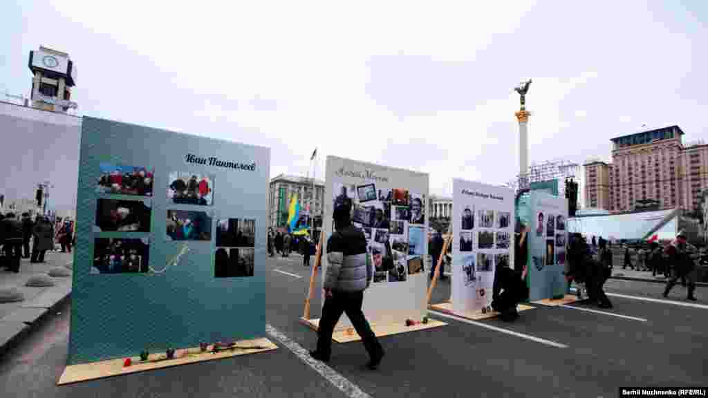 Активісти будують барикаду, щоб не пропустити автомобілі