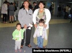 Семья Исраила Азнабкиева на автовокзале Астаны, где они снимают комнату. Астана, 13 сентября 2012 года