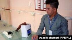 جهاز قراءة بطاقة الناخب الألكترونية في أحد مراكز الإقتراع بالسليمانية.