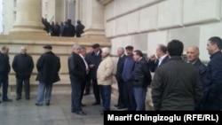 Сторонники находящегося в заключении Али Инсанова у здания Верховного суда Азербайджана, где проходят слушания по делу Инсанова. Баку, 15 ноября 2013 года.