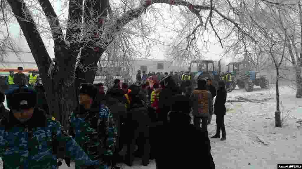 В оцеплении стоят сотрудники кыргызской милиции и военные.
