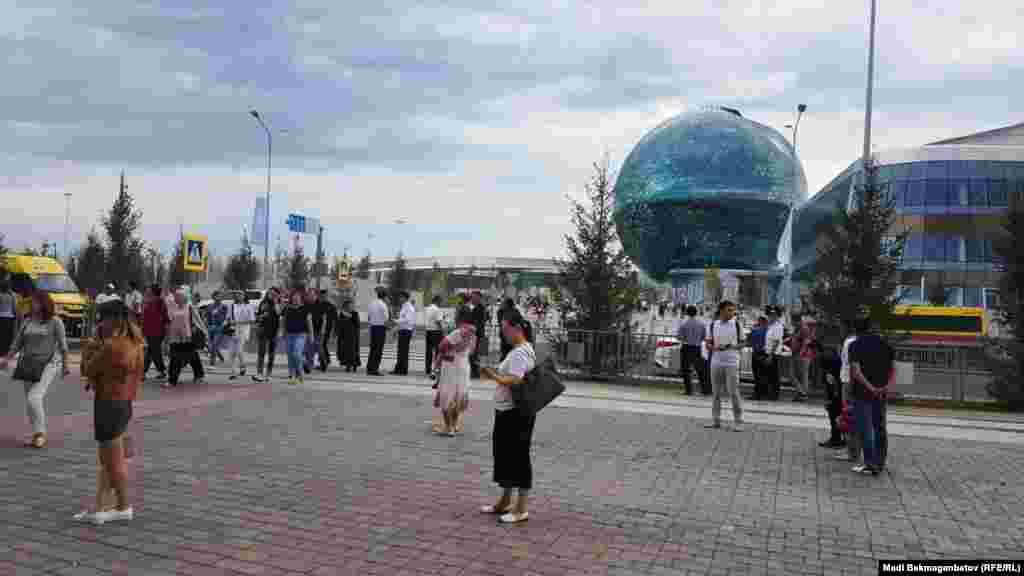 Гуляющие и полиция.Атмосфера в городке, где в прошлом году проходила выставка EXPO. Астана, 6 июля 2018 года.