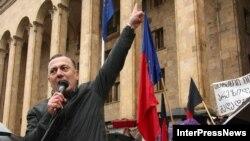 Шалва Нателашвили на митинге (архивное фото)