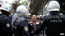 Թուրքիա - Ոստիկանությունը բերման է ենթարկում Անկարայում անցկացվող ցույցի մասնակիցներին, արխիվ