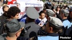 В день инаугурации Сержа Саргсяна в Ереване состоялось альтернативное и протестное шествие, в ходе которого произошли стычки с полицией