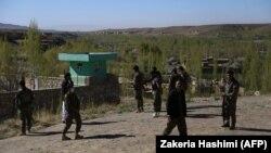 """""""Талибан"""" содырлары шабуыл жасаған жерді тексеріп жүрген ауған әскерилері. Ғазни уәлаяты, Ауғанстан, 12 сәуір 2018 жыл"""