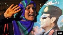 Прихильниця Абдель-Фаттаха ас-Сісі з його портретом, Каїр, архівне фото