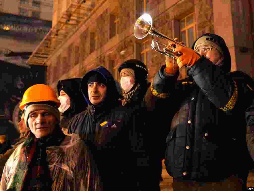 Мітингувальники в очікуванні атаки з боку міліції на КМДА, 10 грудня 2013 року
