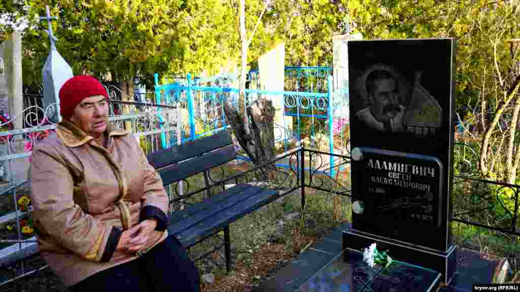 Внучка кобзаря Тетяна Лебедєва біля могили Адамцевича.