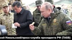 Қырғызстан президенті Сооронбай Жээнбеков және Ресей басшысы Владимир Путин.