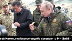 Президент России Владимир Путин и президент Кыргызстана Сооронбай Жээнбеков после наблюдений за основным этапом учений «Центр-2019» на полигоне Донгуз в Оренбургской области. 20 сентября 2019 года.
