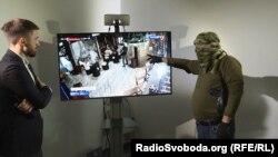 Колишній військовослужбовець ЗСУ із позивним «Берет» (праворуч) аналізує відео