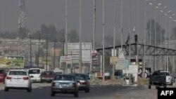 مسلحون من عناصر (داعش) في نقطة تفتيش بالموصل