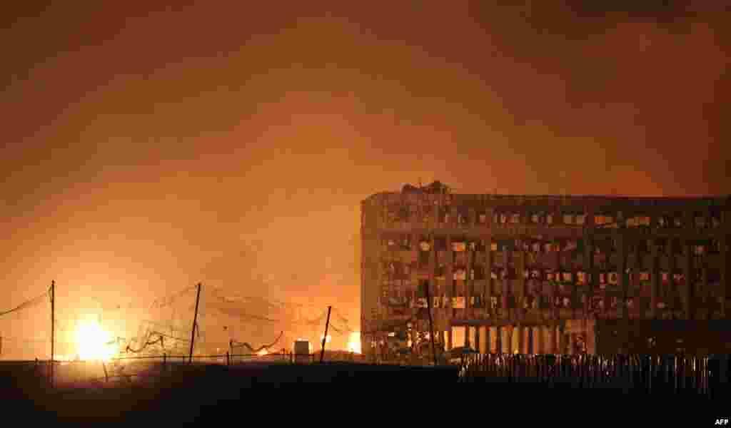 Некоторые здания выгорели до строительных балок