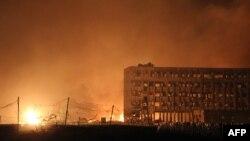 Раннее утро в районе взрыва в Тяньцзине, 13 августа 2015 года.