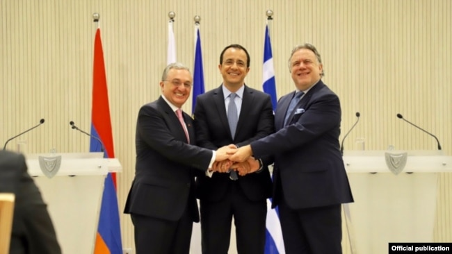 Cyprus -- Foreign Ministers Nikos Christodoulides (C) of Cyprus, George Katrougalos of Greece (R) and Zohrab Mnatsakanian of Armenia shake hands after talks held in Nicosia, June 4, 2019.