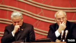 Boris Yeltsin (left) and Mikhail Gorbachev in 1990