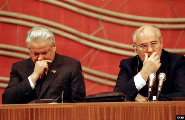 Борис Ельцин и Михаил Горбачев на IV Съезде народных депутатов СССР, декабрь 1990 года