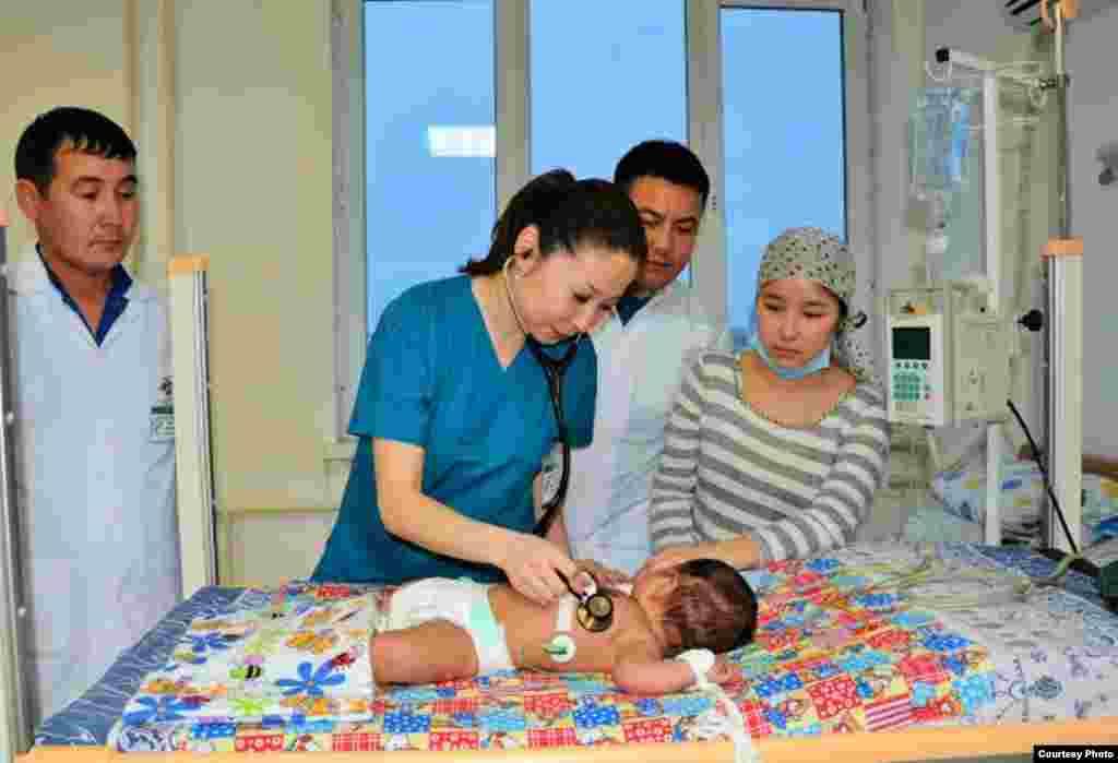 Врач осматривает маленького пациента. Автор: Батырбай Жайлауов. Актау, Казахстан.