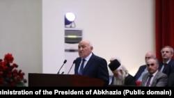 Открыл инаугурацию спикер парламента Валерий Кварчия