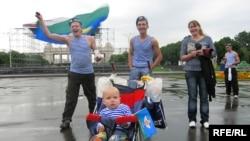 Многие десантники пришли в городской сад вместе с подругами, детьми и даже с родителями