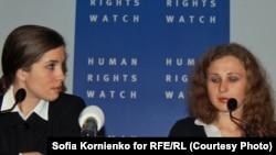 Надежда Толоконникова и Мария Алехина на пресс-конференции в Амстердаме
