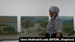 Хадича Аскарова перед картинами, написанными супругом.