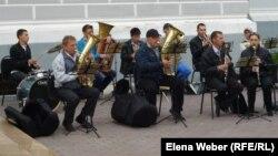 Музыканты духового оркестра играют перед Музеем памяти жертв политических репрессий. Карагандинская область, 19 мая 2013 года.