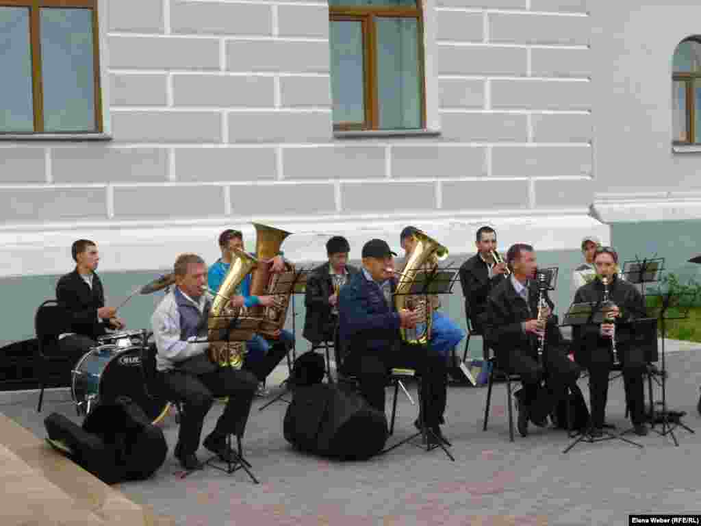 A live brass band entertained visitors outside the museum. This was also done in the years of repression.