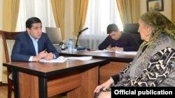 Бош прокурор Отабек Муродов навбатдаги аризачи билан суҳбатлашмоқда. Тошкент, 2019, 25 март.
