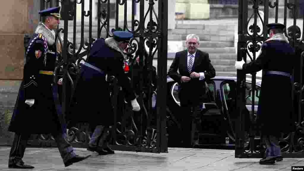 Soldiers open the Matyas Gate at Prague Castle for newly inaugurated Czech President Milos Zeman. (Reuters/Petr Josek)
