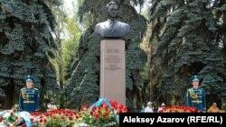 Памятник руководителю Казахской ССР Динмухамеду Кунаеву. Алматы, 22 августа 2012 года.