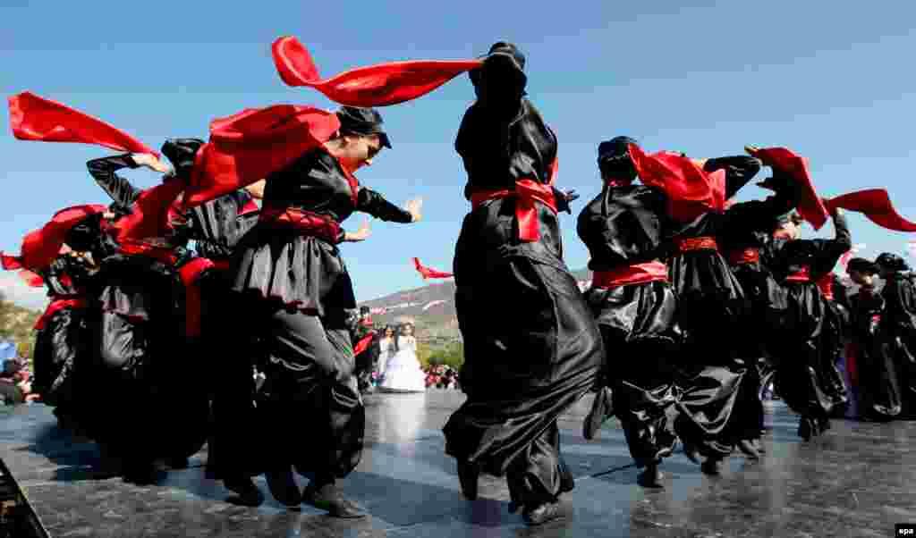 Gruzija - Tradicionalni kostimi i ples na proslavi religijskog praznika u Mtskheti, 14. oktobar 2013. Foto: epa / Zurab Kurtsikidze