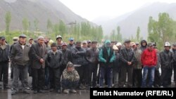 Supporters of Akmatbek Keldibekov block the Osh-Erkechtam highway on June 2.