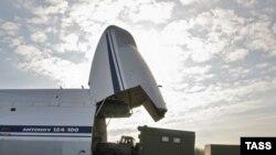 Идет погрузка спецтехники и грузов в транспортный самолет АН-124-100. Московская область, 2 октября 2006 года.