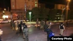 Иранның Хорррамшар қаласында көшеде тұрған полиция күштері.
