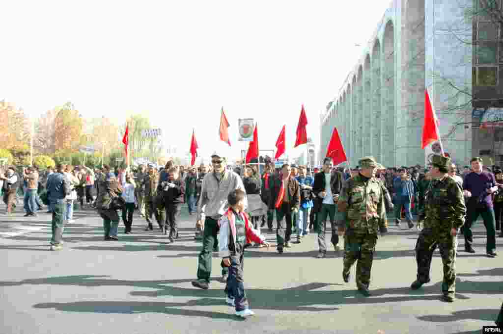 "Demonstrators in Bishkek on November 6 (RFE/RL) - The day before the demonstrations began, the government issued a statement calling for calm and dialogue. ""Kyrgyzstan is going through one of the most crucial moments in its history,"" the statement said."