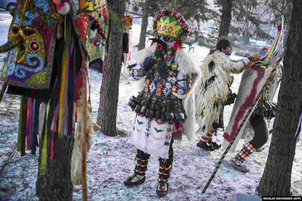 Понаблюдать за ежегодными празднествами в этом небольшом шахтерском городке в 20 километрах от столицы Болгарии Софии приезжают и туристы, в том числе из Китая и США.